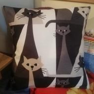 Cojín artesanal con gatos